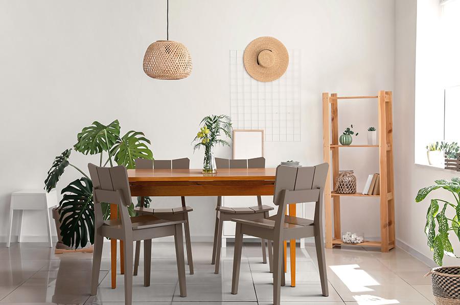 Sala de Jantar com Mesa Extensível e Cadeiras Uma Cinzas.