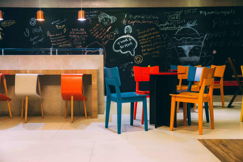 escritório colorido com móveis oppa