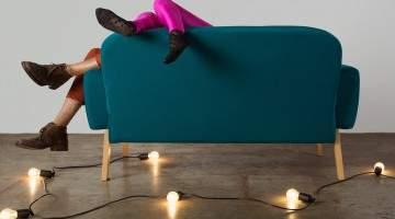sofá azul com pessoas