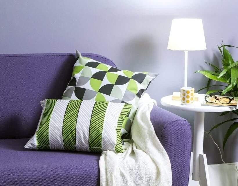 Sofá com manta e Almofadas Clorofila Matiz e Listra – combinação bonita e aconchegante. Foto: Oppa.