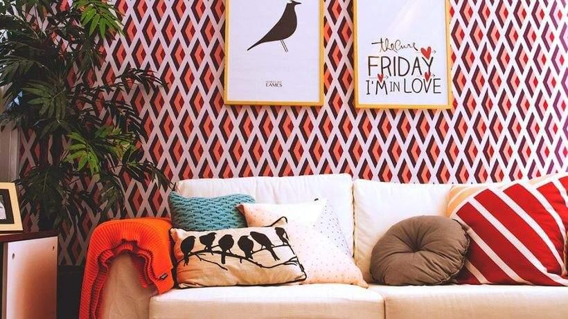 Sala de estar com almofadas coloridas e estampadas