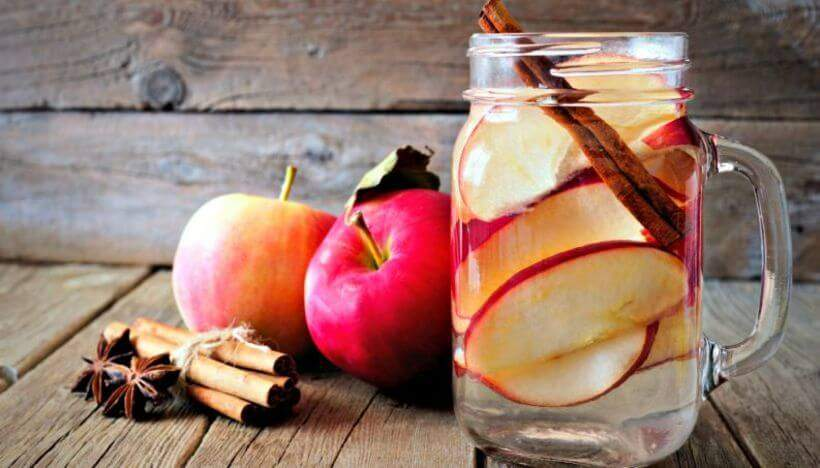 Água deliciosamente aromatizada com maçã e canela. Foto: Reprodução.