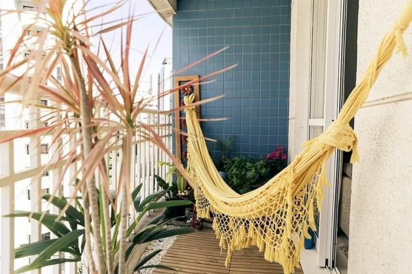 Uma rede na varanda pequena para descansar.