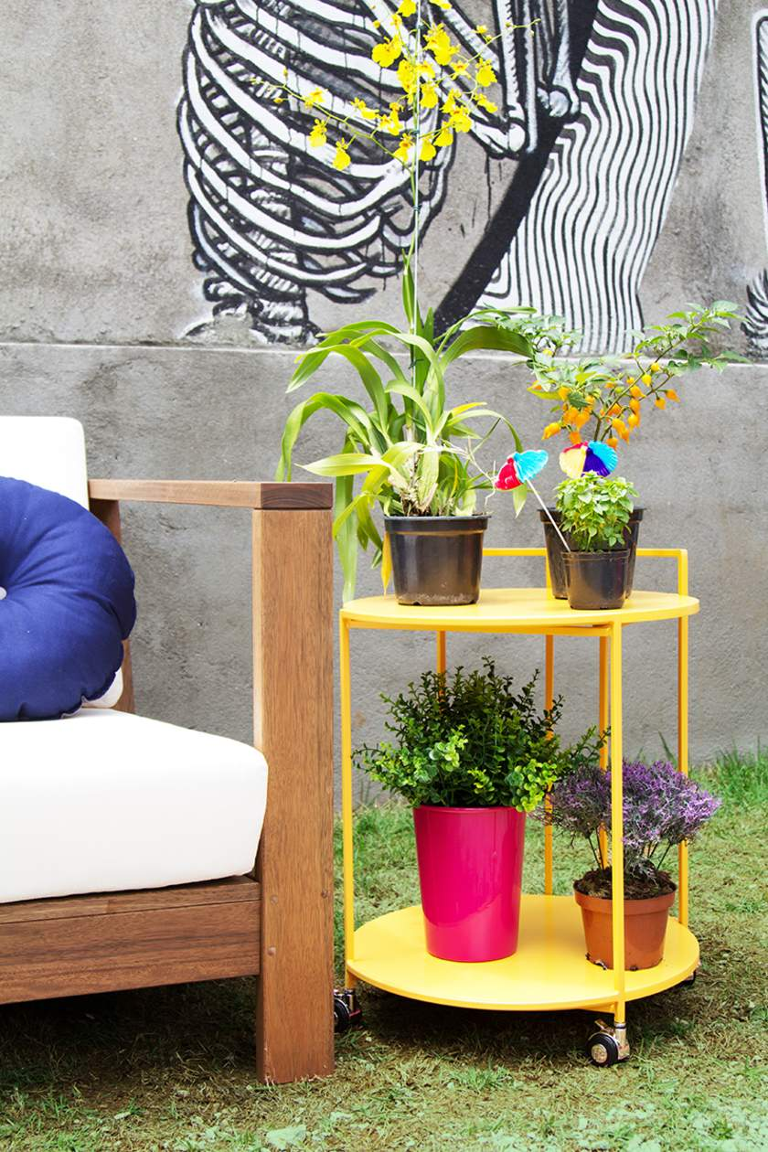 Vasos de plantas na varanda pequena e colorida.