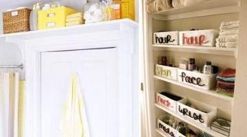 A maximização do uso das paredes está aqui: caixas se alinham sobre a prateleira instalada acima da porta (oppa, que ótima sacada!), assim como toalhas e pequenos recipientes (com nome de cada conteúdo) se ajeitam organizadamente na estante embutida. O gancho atrás da porta é o arremate, deixando à mão a toalha em uso. (Foto: Martha Stewart)