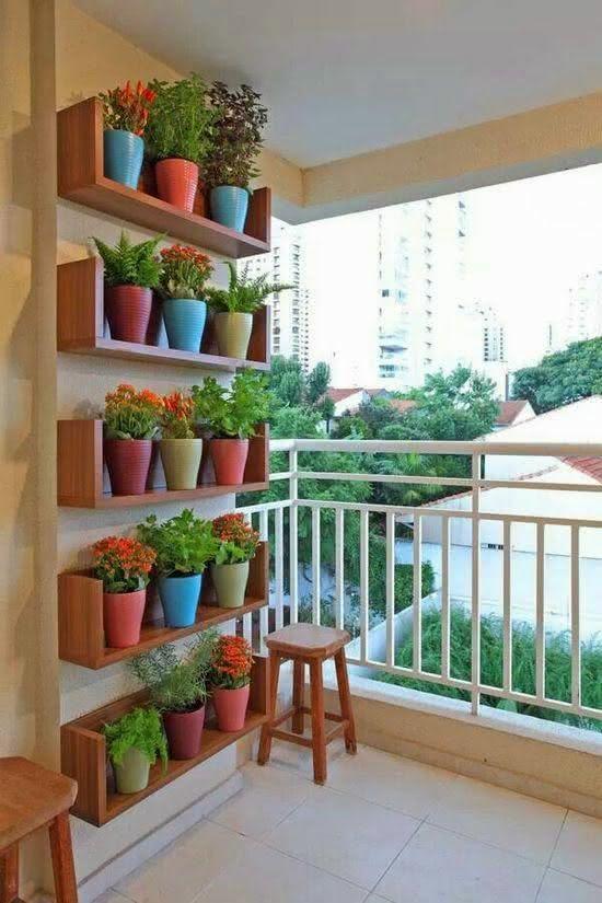 Horta na varanda do apartamento pequeno.