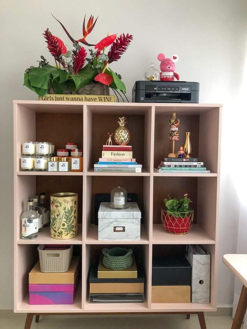 """A Estante com nichos combina com a paleta do escritório sem tudo """"muito rosa demais"""", e por isso, permite que eu misture várias itens coloridos na décor."""