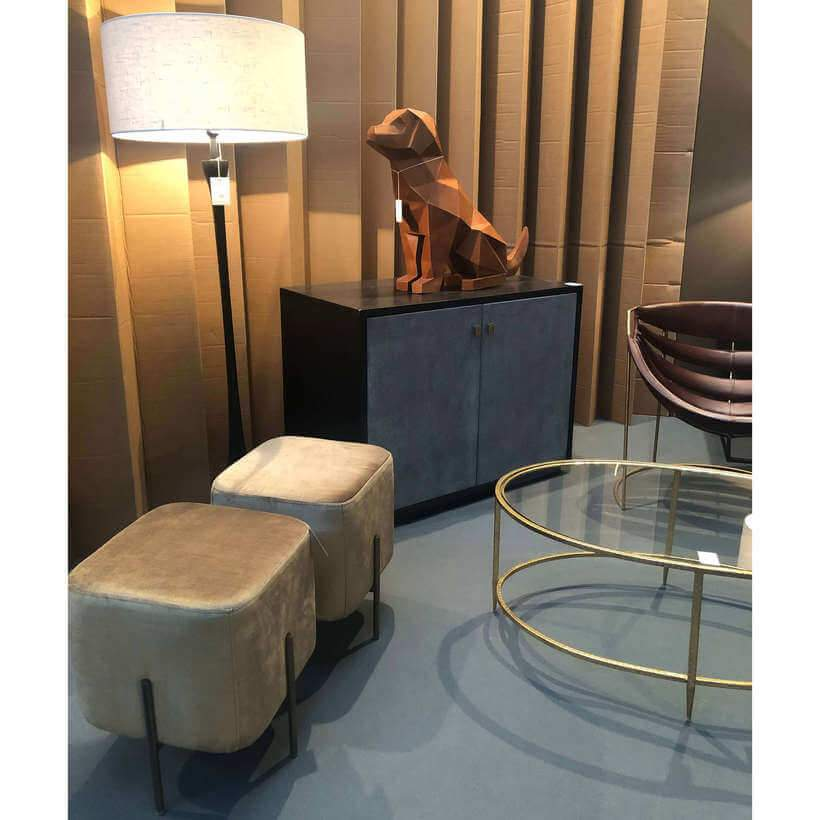 Na Maison & Objet 2019, o luxo e o lúdico se somaram criando ambientes cheios de personalidade, como este: mesa de metal dourado com tampo de vidro, elegante luminária de piso, puffs de veludo e um simpático enfeite em forma de cachorro. Foto: Viví Kolér.