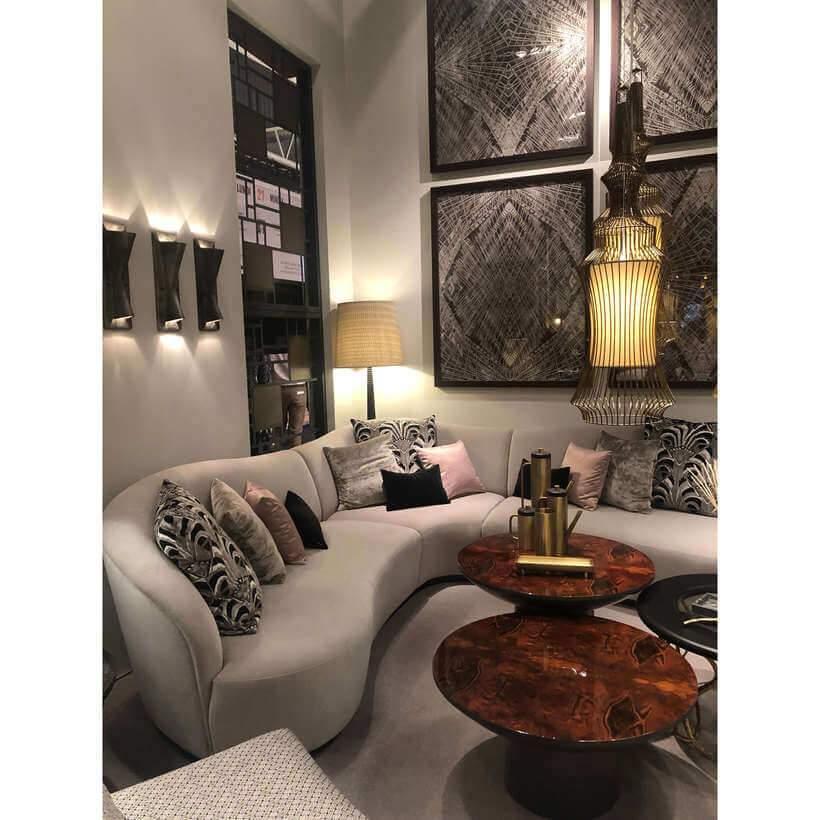Sofá de traçado sinuoso, paredes revestidas de acessórios decorativos, mesas de materiais nobres e almofadas com estampa gráfica – três chic o art déco contemporâneo! Foto: Viví Kolér.