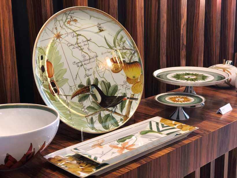 Louça ricamente decorada: coleção EcoArts Amazônia, da marca portuguesa Vista Alegre (https://vistaalegre.com/eu/), feita em parceria com uma ONG brasileira. Foto: Viví Kolér.