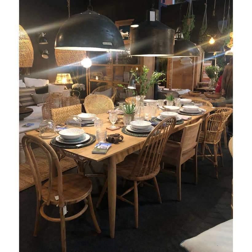 Tendência de decoração detectada: nesta sala de jantar – em que todos os móveis são de materiais naturais –, as cadeiras são de modelos variados. Foto: Viví Kolér.