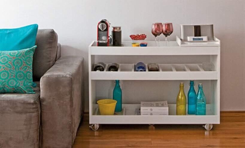 Canto do café em lugar de honra: ao lado do sofá no estar. Foto: Reprodução/Pinterest.