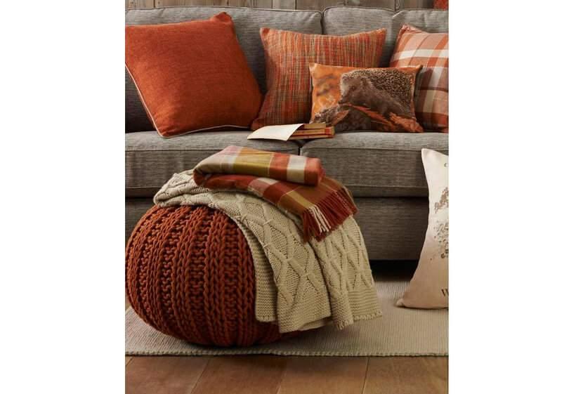 Dá para sentir o clima de outono nos tecidos, texturas e cores deste ambiente, não? Foto: Reprodução / Pinterest.