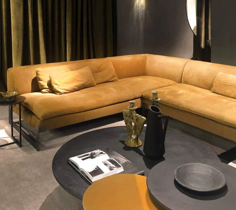 Na paleta de preto e cinza, o sofá amarelo-mostarda entra para temperar a decoração. Foto: Viví Kolér / IMM Colônia.