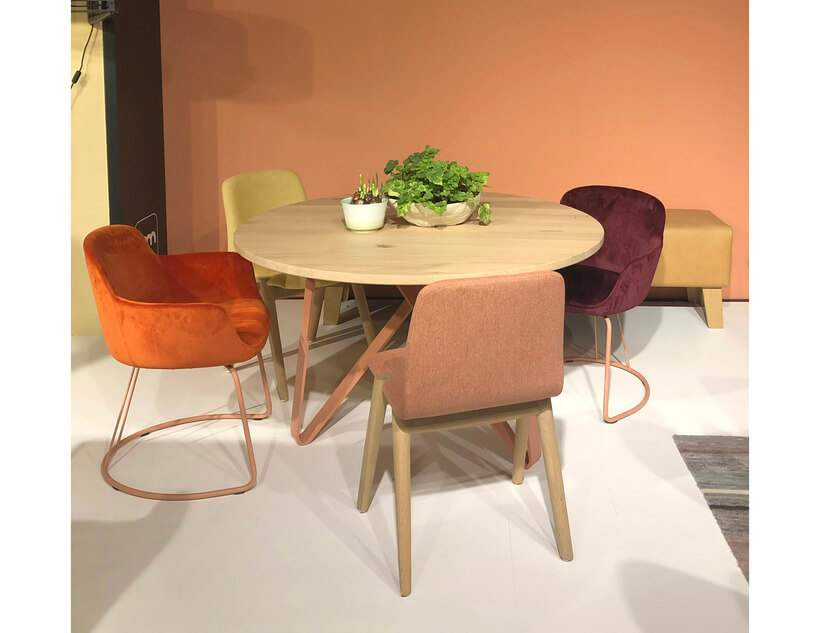 Trend alert! Mesa de jantar com cadeiras de modelos e cores diferentes – aqui, o mix soma laranja e amarelo a rosa-nude e roxo-beringela. Foto: Viví Kolér / IMM Colônia.