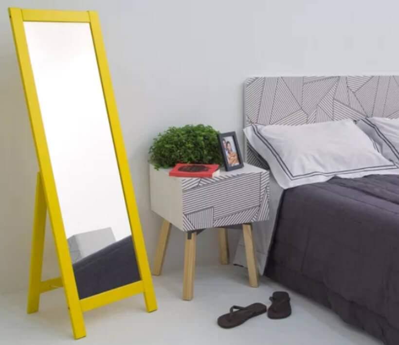 O cinza predomina, mas é o amarelo do Espelho de Chão Bosh (https://www.oppa.com.br/produto/espelho-de-chao-bosh-140x43-amarelo) que ganha destaque neste quarto. Foto: Oppa.