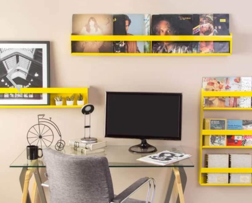No escritório, o amarelo da Prateleira Pepê (https://www.oppa.com.br/produto/prateleira-pepe-16x120-amarela?p=prateleira&ranking=1&typeclick=3&ac_pos=header) incentiva a criatividade. Foto: Oppa.