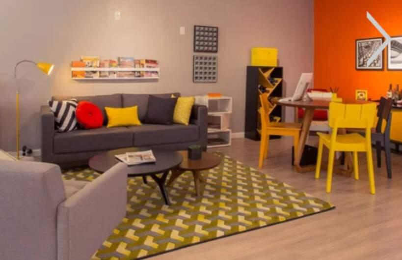 Salas de estar e jantar vibram em harmonia cromática – há amarelo e laranja por todos os lados, mas em equilíbrio. Foto: Oppa.