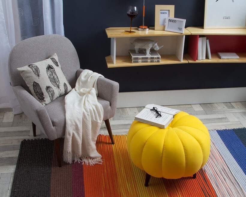 O simpático Puff Pitanga (https://www.oppa.com.br/produto/puff-pitanga-amarelo) está disponível tanto em amarelo quanto em laranja. Foto: Oppa.