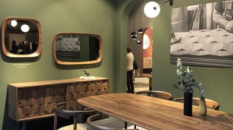 Inspire-se nesta decoração: Buffet Triniti Carvalho + Cadeira Tarsila + Quadro Op Art Branco. (Foto do ambiente: Viví Kolér / Maison & Objet 2019)