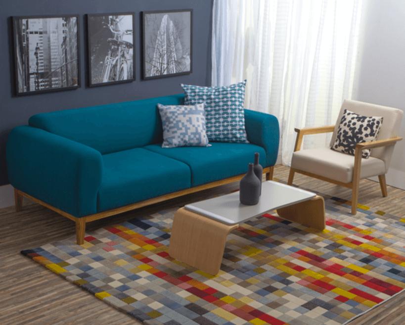 Esta é a hora de fazer aquele ajuste fino na decoração, incrementando-a com cortina, um belo tapete (Tapete Cubos 150 x 200) e almofadas. Foto: Oppa.