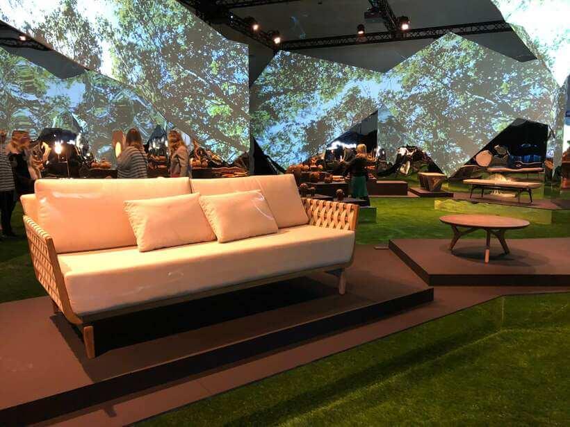A Oppa arrasou em sua participação na mostra Brazil: Essentially Diverse, na capital do design – Milão! Na foto, Sofá Cozy e Mesa de Centro Dotta. Foto: Viví Kolér / Fuorisalone 2019.