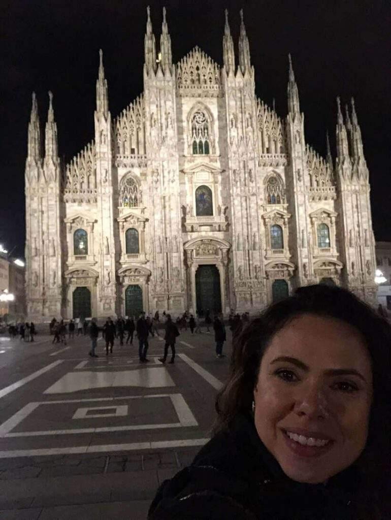 O famoso Duomo de Milão e eu, Viví Kolér, durante minha missão especial no Isaloni 2019!