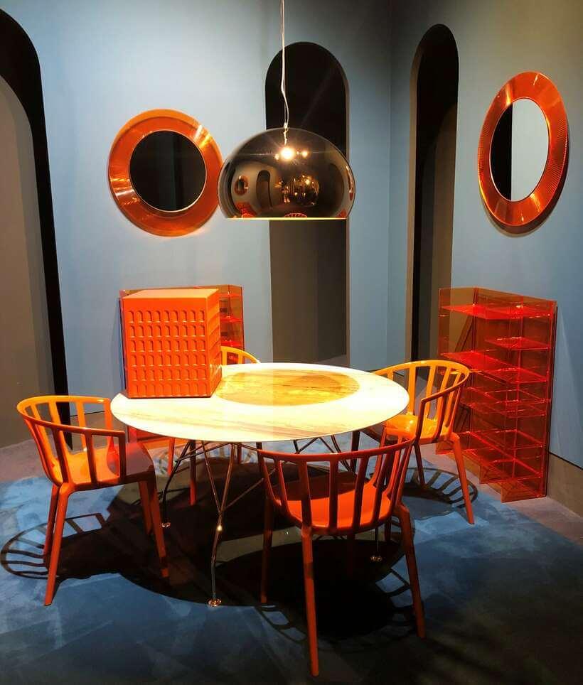 Qual uma sala de jantar com cadeiras laranja? Superatual! Foto: Viví Kolér / Isaloni 2019.