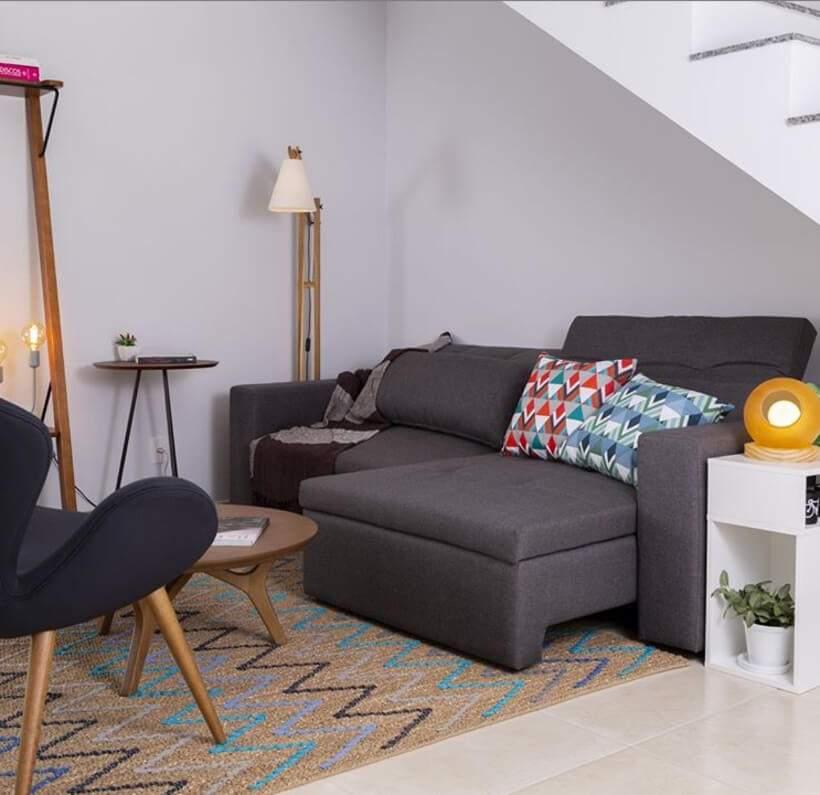 Sala pequena #4 – Sofá até embaixo da escada!