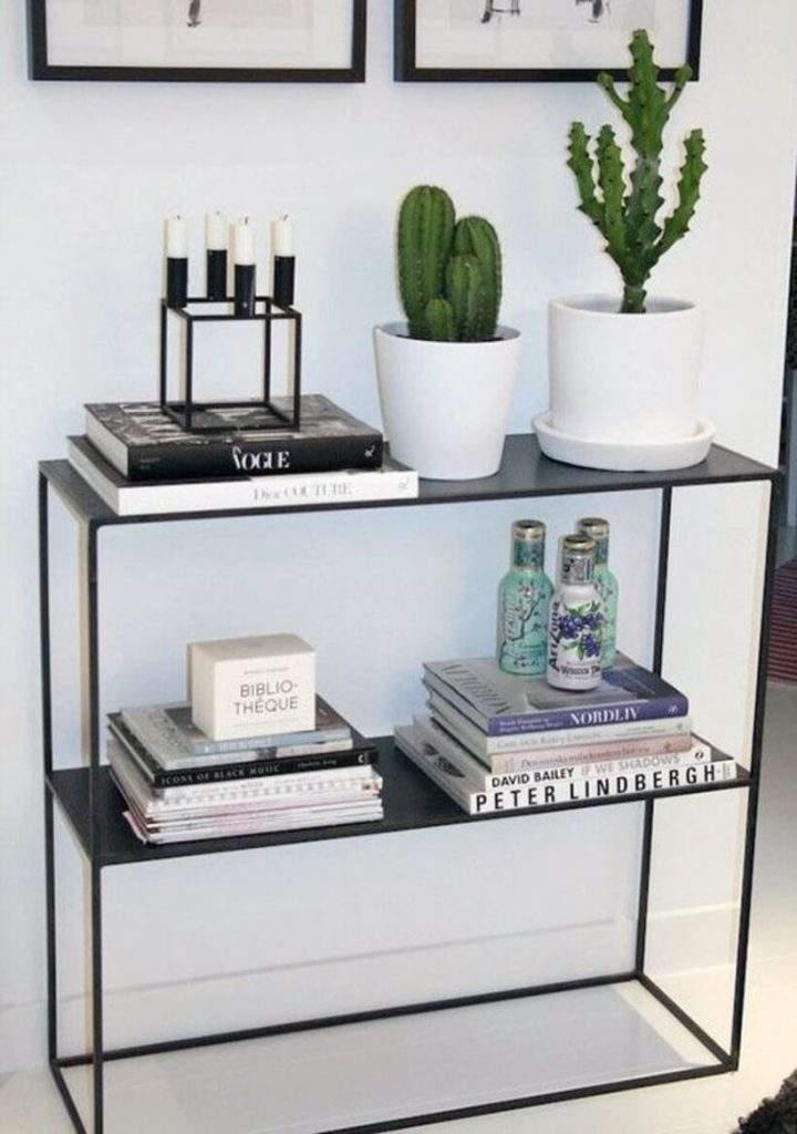 Sobre o móvel de linhas retas, um arranjo decorativo minimalista. Foto: Reprodução Pinterest.