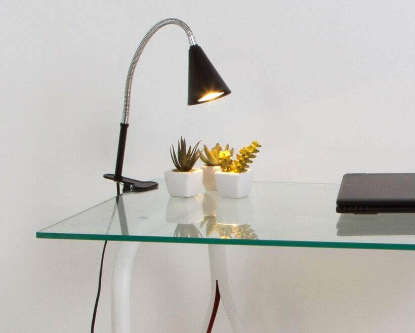 Graças ao design versátil, a Luminária de Mesa Perdiz pode mudar de lugar a qualquer momento e ser fixada na estante, na mesa, no criado-mudo... Foto: Oppa.