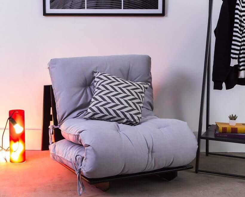 Já ouviu falar em poltrona-cama? Perfeita para quartos pequenos, a Poltrona-Cama Liberdade arrasa na funcionalidade. Foto: Oppa.