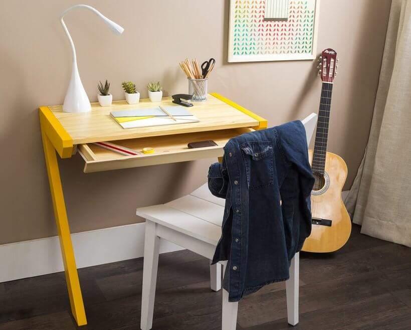 A Escrivaninha com Gaveta Sete tem medidas compactas, o que permite sua atuação também como criado-mudo. Foto: Oppa.