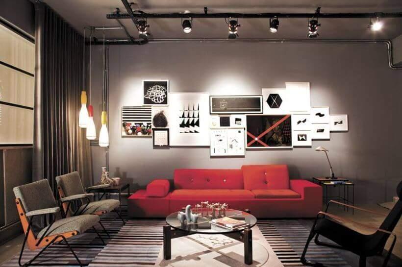 Sala bem iluminada: trilho no forro, luminárias de teto e abajur. Foto: Reprodução/Pinterest.