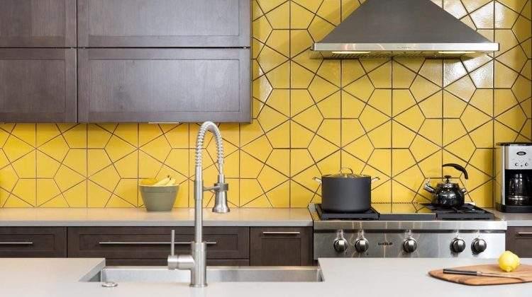 Cozinha com revestimento amarelo