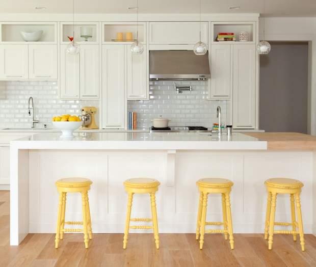 Banquetas amarelas na cozinha