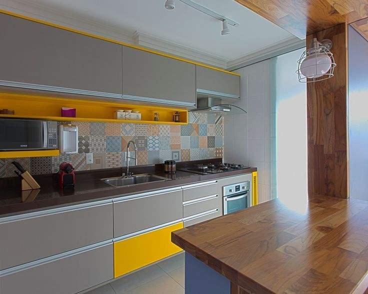 Cinza e amarelo na cozinha