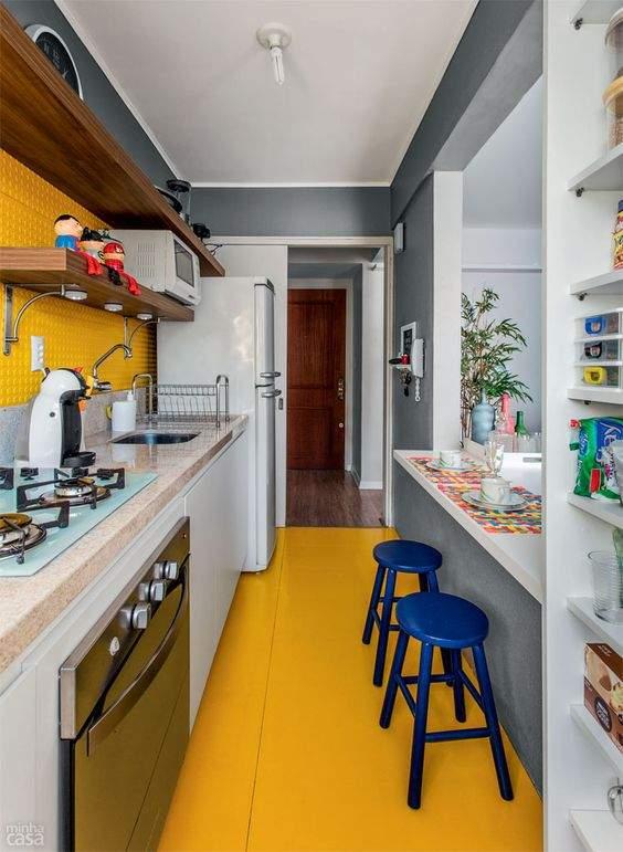 Piso amarelo na cozinha