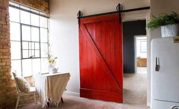 Porta de madeira vermelha.