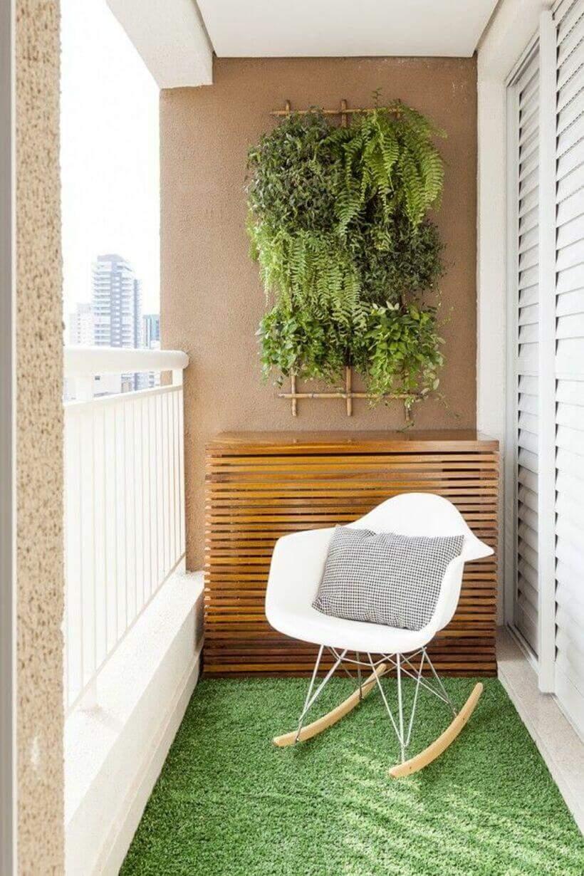 Varanda minimalista com cadeira e plantas (canto verde).