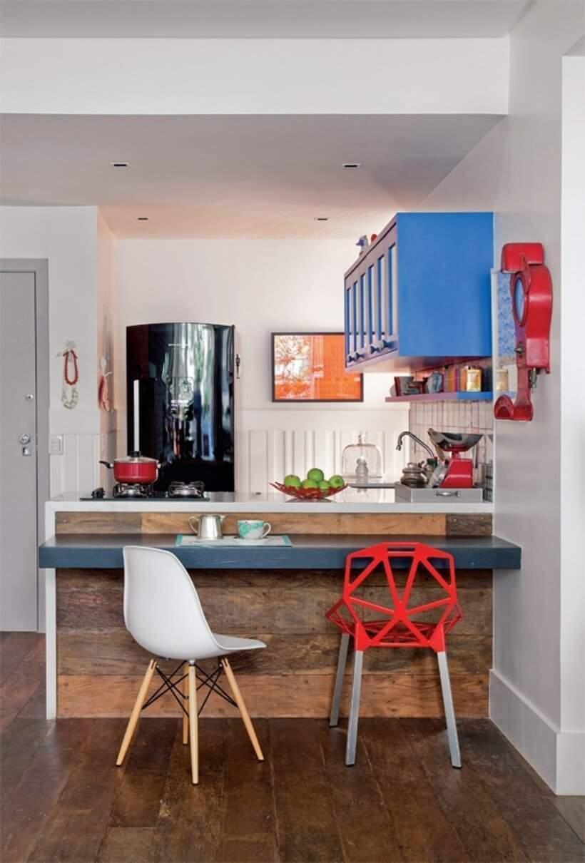 Bancada de cozinha com duas cadeiras diferentes.