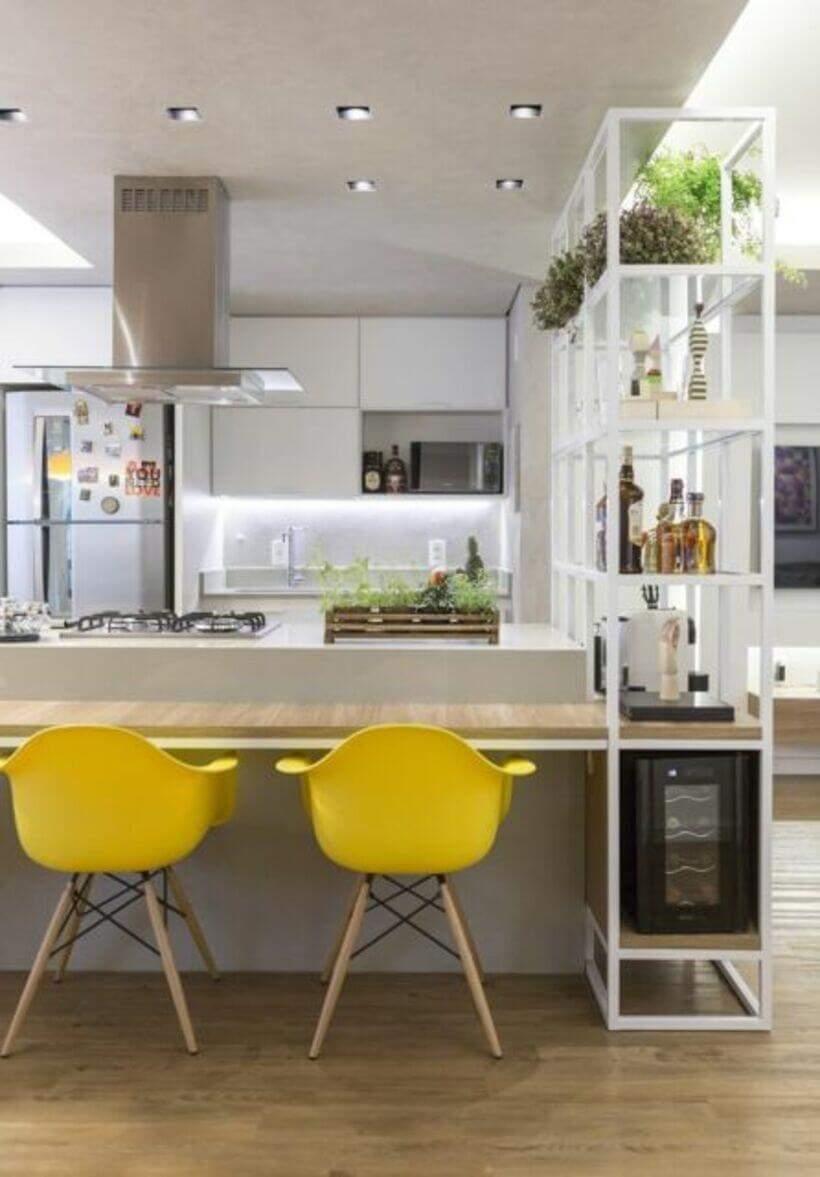 Cadeira na bancada da cozinha.