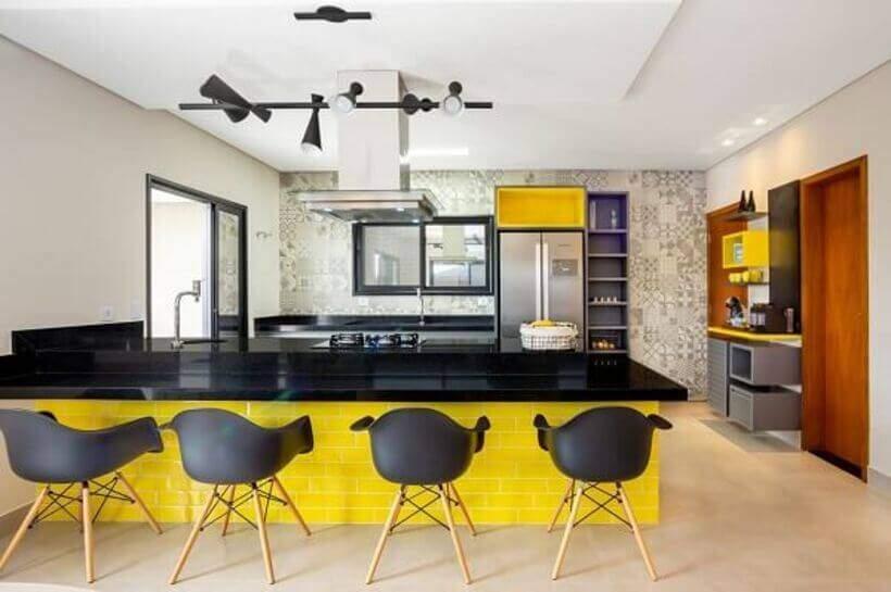 Bancada de cozinha com cadeiras ao invés de banquetas.