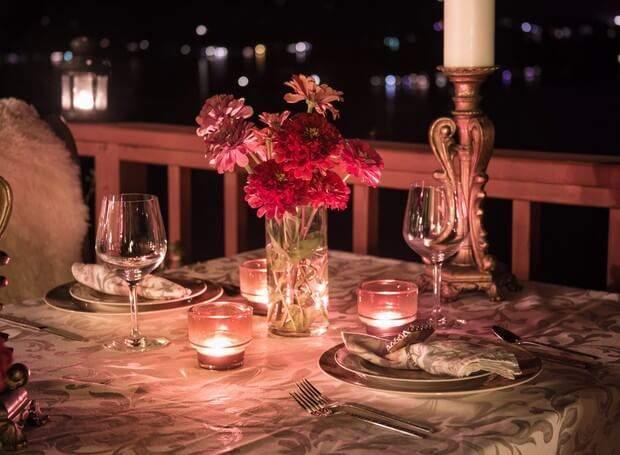Jantar na saca a luz de velas.
