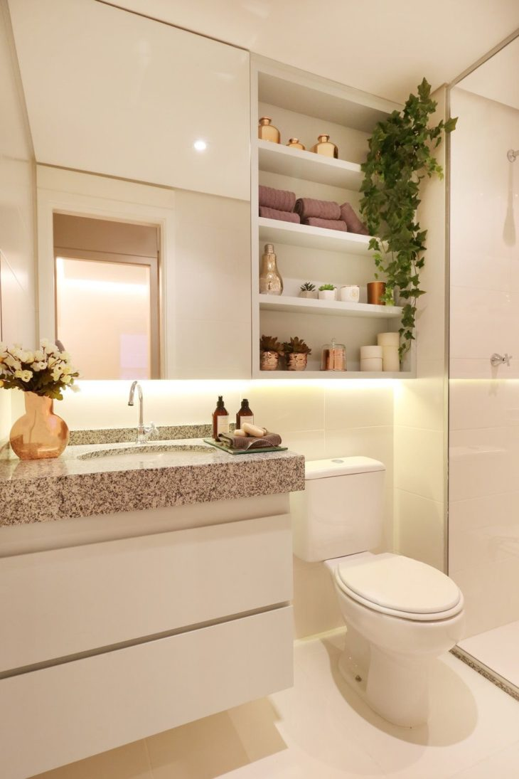 Plantas suspensas no banheiro claro.