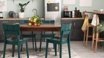Cozinha com Mesa de Madeira e Cadeiras Uma verde.